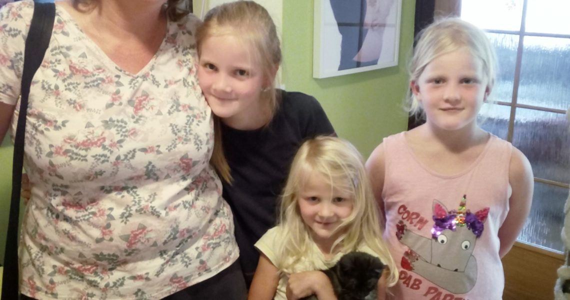 Hned tři malé slečny - své posluhy, si vybral včera i malin...